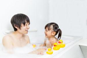 お父さんと一緒にお風呂に入る幼い女の子