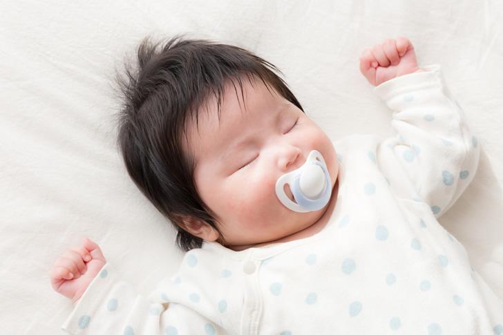 おしゃぶりをする赤ちゃん