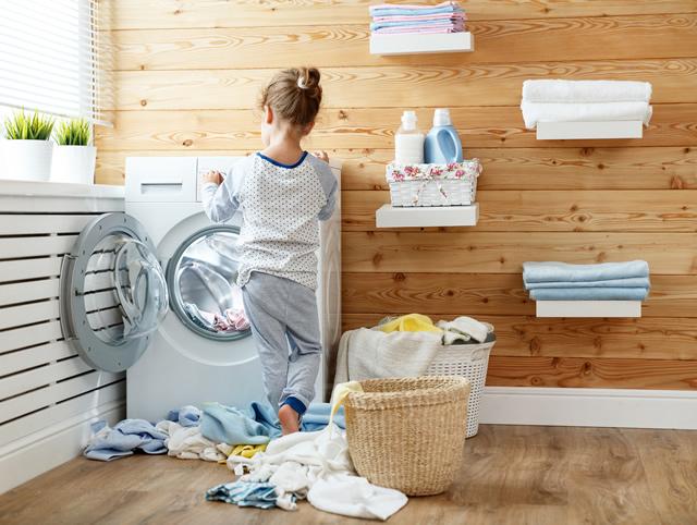洗濯物を触る女の子