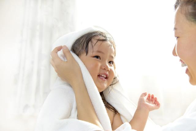 タオルで拭いてもらう子供