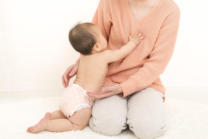 布おむつを履いている赤ちゃん