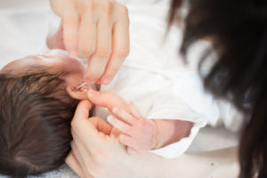 耳掃除をする赤ちゃん