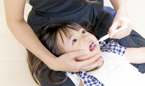 歯磨きしてもらう幼児