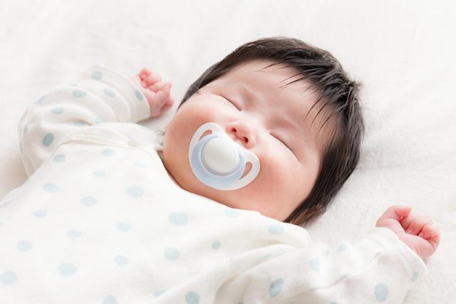 おしゃぶりをして寝ている赤ちゃん