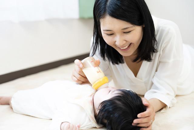 赤ちゃんにミルクを飲ませるママ