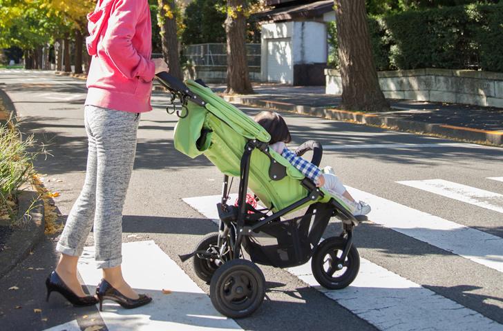 外出する赤ちゃんとママ