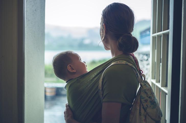 雨の日のママと赤ちゃん