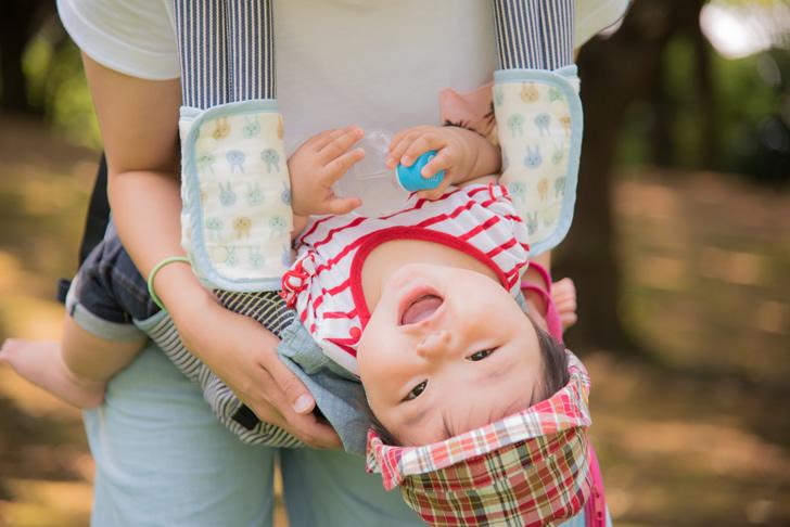 抱っこ紐で抱っこされる赤ちゃん