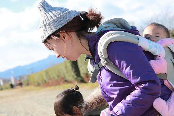 赤ちゃんをおんぶしているママ