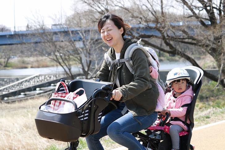 子どもと自転車に乗るママ