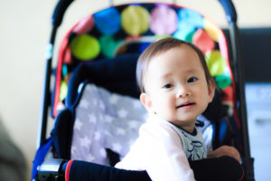 ベビーカーに乗る赤ちゃん