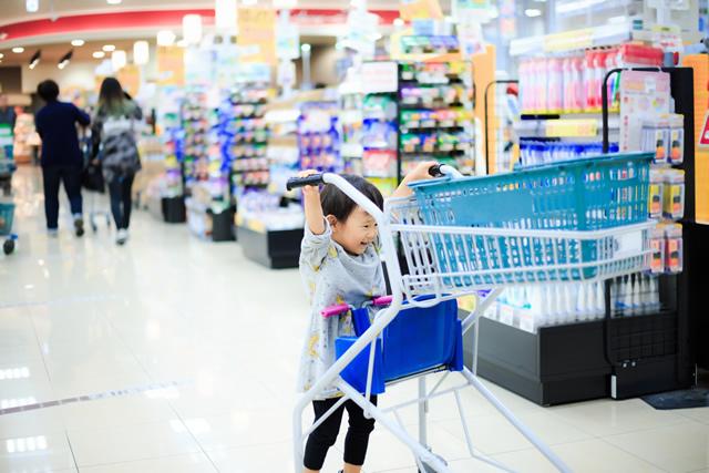 買い物かごを押す子ども