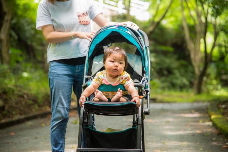 ベビーカーで外出する赤ちゃん