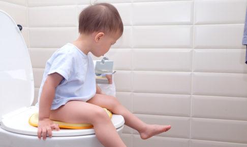 トイレに座る子ども
