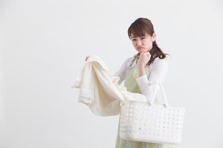 洗濯物を持つママ