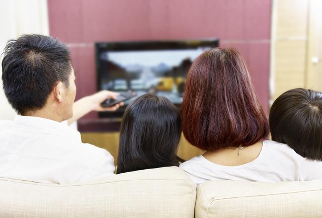 家族でテレビを見る