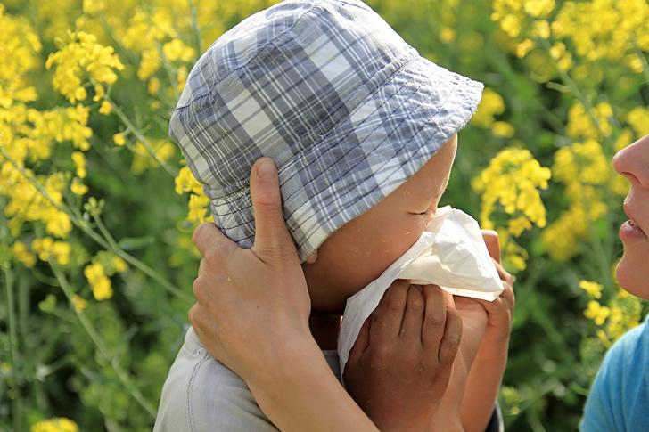 鼻をかむ幼児