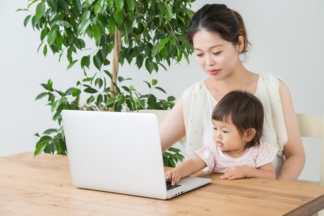 親子とノートパソコン