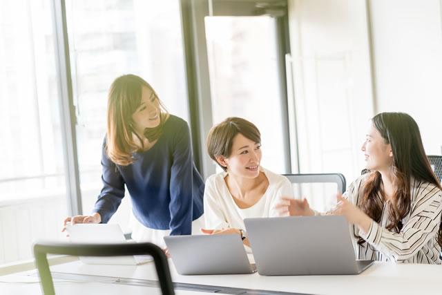 職場で話をする女性たち