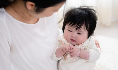 赤ちゃんをあやすママ